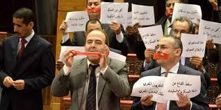 Les conseillers de l'opposition protestent contre le chef du gouvernement
